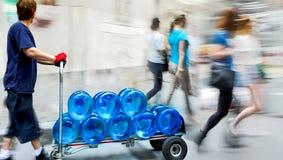 Lieferungswasser mit Transportwagen stockfotos