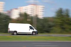 Lieferwagen mit unbelegtem Reklameanzeigeplatz Lizenzfreie Stockfotografie