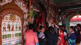 Liefhebbers bezochte Hanuman Garhi-tempel in Ayodhya stock videobeelden