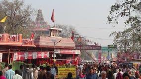 Liefhebbers die Kumbh Mela-festival in Pryagraj bezoeken stock video
