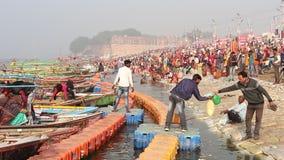 Liefhebbers die Kumbh Mela-festival in Pryagraj bezoeken stock footage