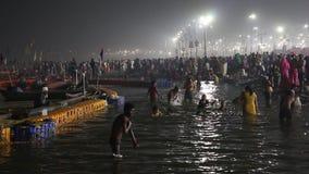 Liefhebbers die Kumbh Mela-festival in Pryagraj bezoeken stock videobeelden