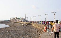 Liefhebbers en toeristen op manier aan Haji Ali Mosque Stock Foto