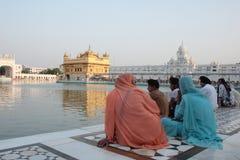 Liefhebbers in het complex van Gouden Tempel, Amritsar Stock Fotografie