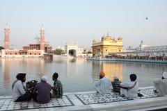 Liefhebbers in het complex van Gouden Tempel, Amritsar Stock Afbeeldingen