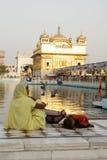 Liefhebbers in het complex van Gouden Tempel, Amritsar Royalty-vrije Stock Fotografie
