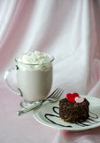 Liefjecake en hete chocolade Stock Foto
