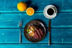 Liege dillande med glass och frukt arkivfoto