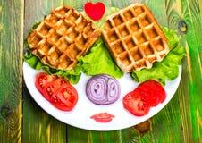 Liege gofry, pomidor, cebula i sałata na białym talerzu, Obrazy Royalty Free