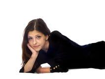 Liegen ein junges Mädchen mit dem dunklen Haar Lizenzfreie Stockbilder