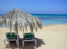 Liegen Sie bei den Ansichten des Meeres und des Strandes von Zypern Stockfotografie