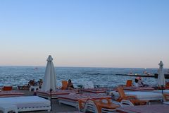 Liegen und Sonnenschirme auf dem Strand Lizenzfreie Stockfotografie