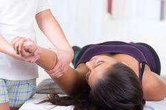 Liegende Frau beim Erhalten eines Massagekonzeptes von lizenzfreie stockfotos