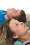 Liegender Kopf-an-Kopf- Junge mit Mädchen Stockfoto