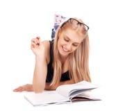 Liegender und studierender Student Lizenzfreie Stockfotografie