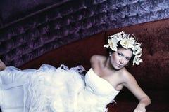 Liegenschönheitsbraut im weißen Kleid Lizenzfreie Stockfotos