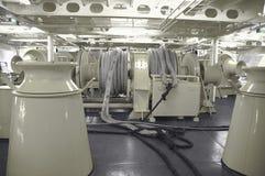 Liegeplatz-Handkurbeln auf einem großen Schiff Stockfotos