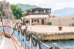 Liegeplatz ist auf den Schienen örtlich festgelegt, während die Yacht sich bewegt Stockbild