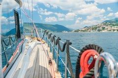 Liegeplatz ist auf den Schienen örtlich festgelegt, während die Yacht sich bewegt Lizenzfreies Stockfoto