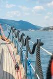 Liegeplatz ist auf den Schienen örtlich festgelegt, während die Yacht sich bewegt Lizenzfreies Stockbild