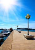 Liegeplatz mit Straßenbeleuchtung auf Meer Lizenzfreie Stockbilder