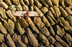 Liegeplatz-Ring auf einer Steinwand Lizenzfreie Stockfotos
