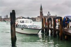 Liegeplatz in Venedig Ansicht über Kirche von San Giorgio Maggiore Stockfotos