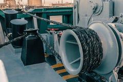 Liegeplatzausrüstung des Schiffs Festmacher sind auf Schiffspollern, Winde und Handkurbel schnell Lizenzfreie Stockfotografie