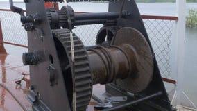 Liegeplatzhandkurbel an im Heck des Schiffes Handkurbel auf einem Schiffsdeck im Meer Liegeplatzhandkurbel, Liegeplatzhebewindens Stockbild