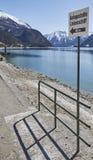 Liegeplatzzeichen am Achensee See in Österreich Stockbilder
