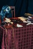 liegt auf dem Tisch der Sturzhelm des Pilot, ein Spielzeugflugzeug, das von den hölzernen und selbst gemachten Flugzeugen hergest Stockfoto