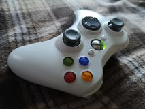 Liegt weißer Steuerknüppel Xbox-Prüfers Farbauf weichem Gewebe stockbilder