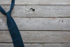 Lien à la mode du ` s d'hommes sur le fond en bois rustique Images stock