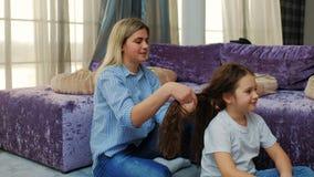 Lien de famille maternel de cheveux de tressage de maman de soin d'amour clips vidéos