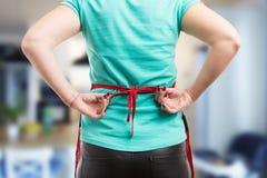 Lien de femme par noeud arrière de tablier rouge Photo libre de droits
