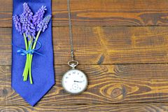 Lien de jour de pères, fleurs et montre de poche de vintage Image libre de droits