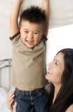 Lien de mère et de fils riant célébrant la famille d'amour de liens étroits Photos stock