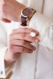 Lien de montre et de manchette sur la main du marié Image libre de droits