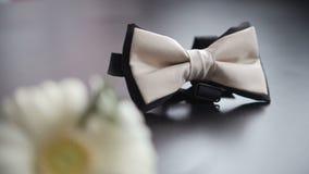 Lien du ` s de marié et boutonniere de mariage sur le fond blanc clips vidéos