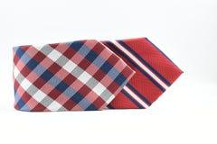 Lien en soie rayé et à carreaux coloré d'hommes d'isolement sur le fond blanc Photographie stock libre de droits