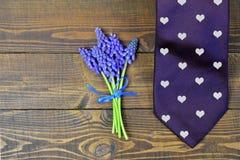 Lien et fleurs de jour de pères Cadeau de jour de pères Photo stock