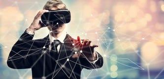 Liens avec l'homme d'affaires utilisant une réalité virtuelle Image stock