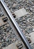 Liens de béton de chemin de fer et transitoires modernes et nouveaux en métal photos stock
