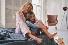 Liens de famille Belle jeune mère embrassant sa fille et Photographie stock
