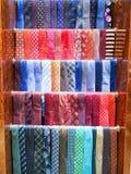 Liens masculins lumineux multicolores sur le cintre dans un magasin images stock