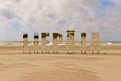 Liepaja, большие отражая письма на пляже Стоковые Изображения