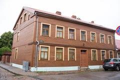 LIEPAJA, LETLAND - JULI 25, 2016: Mening van de straat met de houten oude bouw in Liepaja, Letland Stock Foto