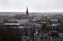 Liepaja, Letland, 16 Maart, 2018 De mening van Liepaja-stad met St Anne's Kerk stock foto's
