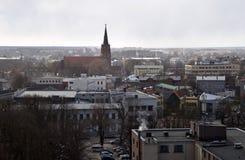 Liepaja, Letonia, el 16 de marzo de 2018 La vista de la ciudad de Liepaja con la iglesia del St Anne's fotos de archivo