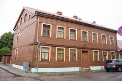 LIEPAJA, LETTLAND - 25. JULI 2016: Ansicht der Straße mit hölzernem Altbau in Liepaja, Lettland Stockfoto